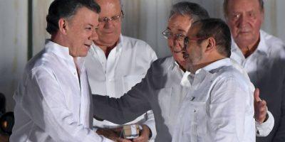 Juan Manuel Santos y Rodrigo Londoño; firmando el acuerdo de paz Foto:AFP