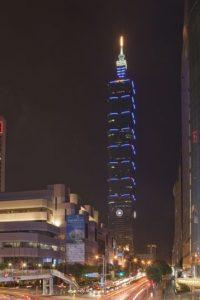 Taipei 101, con una altura de 508 metros, es el edificio verde más alto y el más grande en el mundo.Taipei 101 tiene ascensores que viajan a 60.6 km/h – son los más rápidos en el mundo
