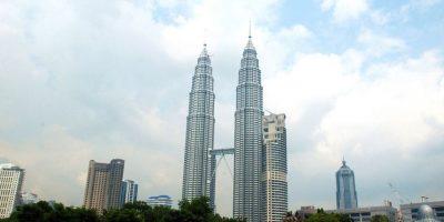 Las Torres Petronas en Kuala Lumpur, Malasia, son los edificios gemelos más altos del mundo, con una altura de 452 metros