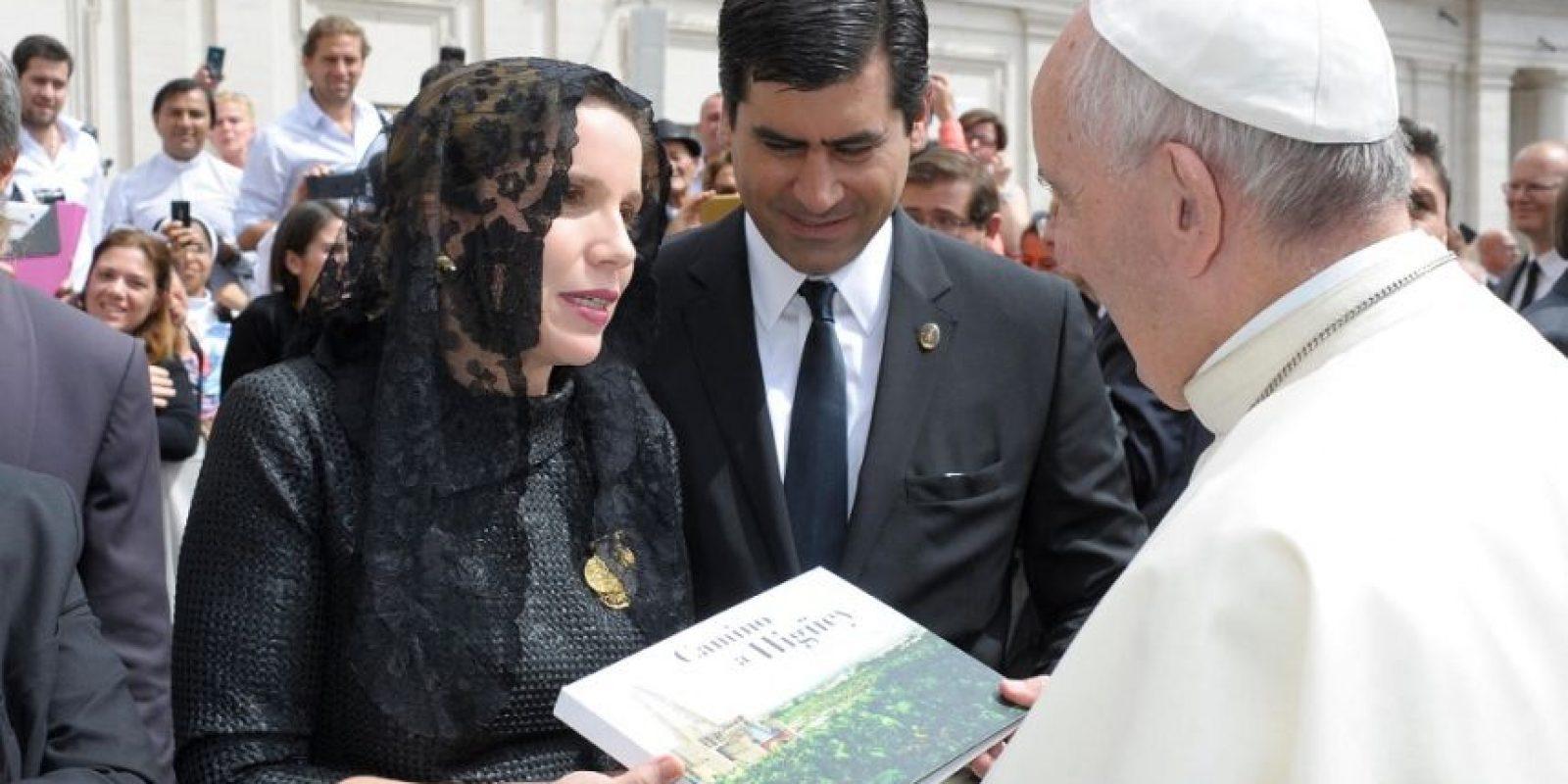 Elsa Turull entrega al papa Francisco libro de imágenes exclusivas de documental Camino a Higüey. Foto:Exclusiva para metroRD