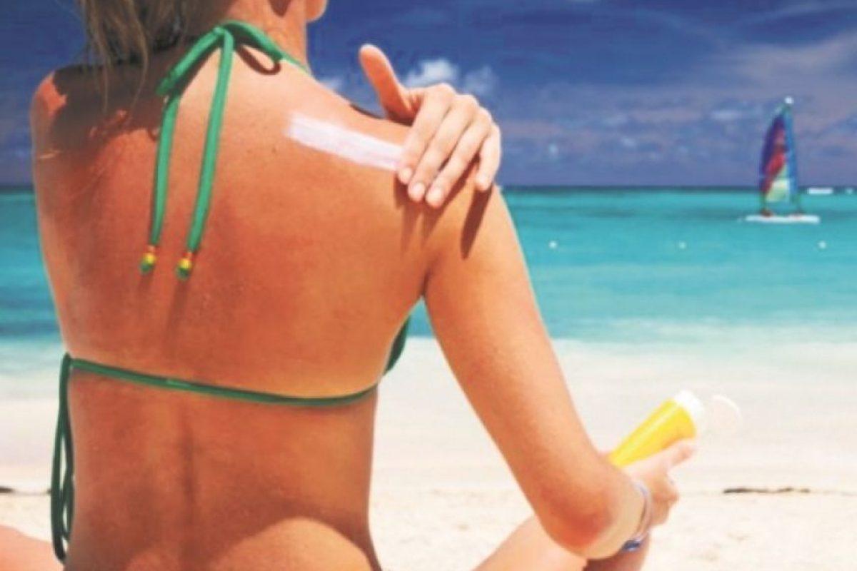 5- No exponer tu piel al sol. Tu salud está antes que todo. Las altas temperaturas producen en la población el deseo de ir a los ríos, playas, piscinas o lugares de recreación al aire libre. Es importante saber que la exposición al sol y el calor sin protección provocan daños que se acumulan en la piel, día por día.Sus efectos te pueden causar el envejecimiento prematuro de la piel o, dependiendo de la gravedad, causar distintas lesiones como manchas, alergias, cáncer, entre otras enfermedades.En todo este verano, las horas de 11:00 de la mañana hasta las 5:00 de la tarde podrían ser las peores para exponer tu piel al sol y al fuerte calor que se está generando por el polvo del Sahara y las bajas probabilidades de precipitaciones en estos días. Foto:Fuente externa