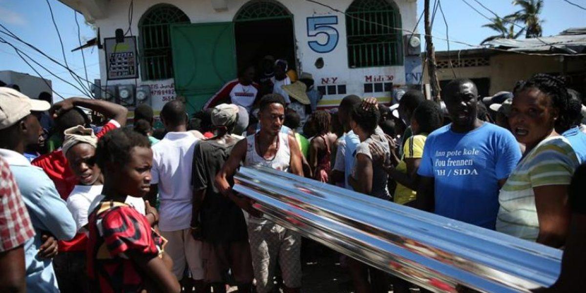 Haitianos se centran en reconstruir su casas en espera de ayuda humanitaria