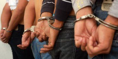 En Azua desmantelan banda de asaltantes. El lunes 6, en Azua la Policía Nacional anunció el apresamiento de siete miembros de una banda dedicada a realizar robos y asaltos en la vía pública.Maicol Javier Lara, presunto cabecilla de la banda, fue el primer detenido, a él se sumaron Franklin Alberto Ramírez Mañón, de 37 años; Nancy Arelis Ramírez, de 41; José Miguel Brito, de 44; Erickson Dariel Feliz (alias Minino), de 18; Josefina Mercedes, de 46; Benjamín Ovando Ramírez, de 18 años; y Edward Ramírez Patricio (alias Duarte), también de 18. Foto:Feunte externa