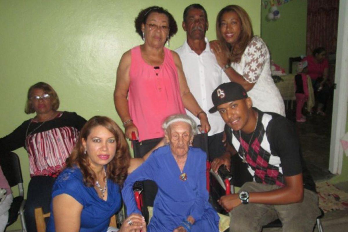 Doña Naidin junto a sus hijos y nietos