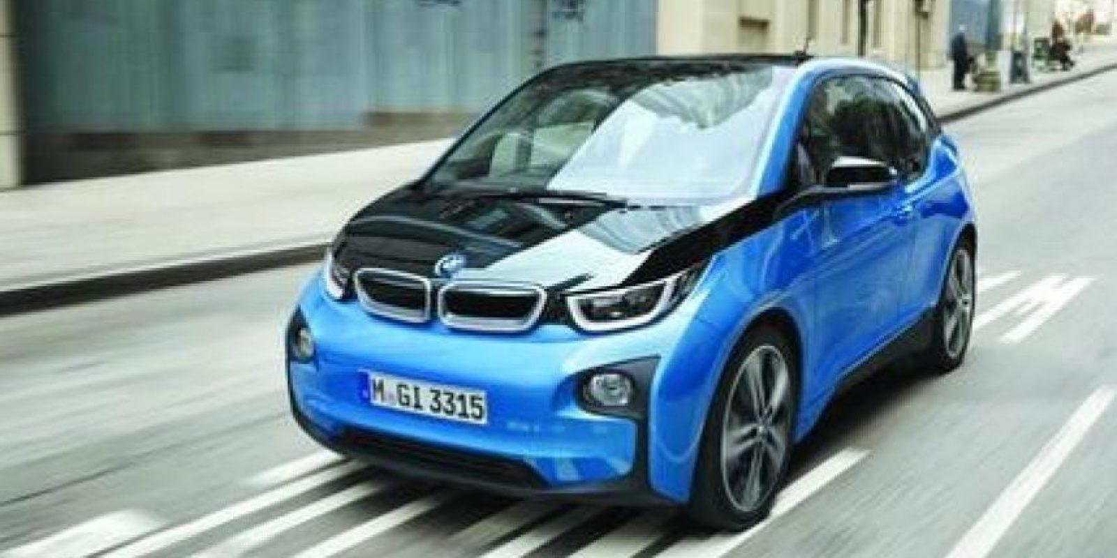 BMW i3, ¡más rango! El modelo de vehículo más reciente de la serie BMW i3 ofrecerá la ventaja de una autonomía superior a 50 % gracias a la nueva batería de 94 Ah. En un ciclo normal (NEDC) cuenta con una autonomía de 300 kilómetros en lugar de los 190 que tenía hasta ahora. A ello se añaden las opciones de equipamiento adicionales para el BMW i3, así como estaciones de carga BMW i Wallbox nuevas y más potentes para la casa. Foto:Metro