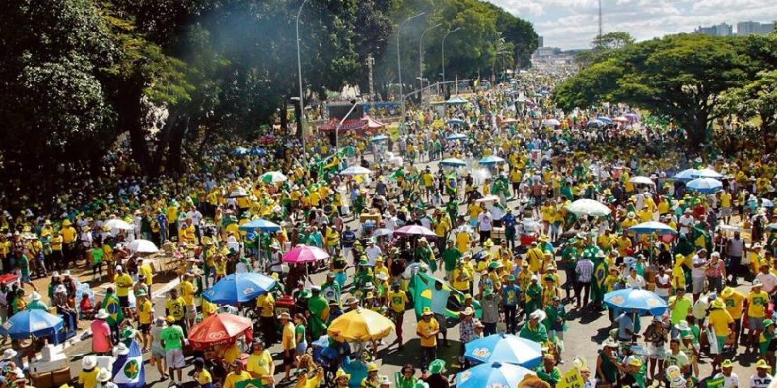 La gente vistió de verde y amarillo, para exigir el juicio político a la presidenta, y de rojo para respaldarla. Foto:Metro