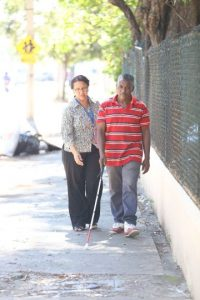 Maestra del patronato le enseña a un no vidente cómo usar su bastón. Foto:Cortesía de Patronato Nacional de Ciegos