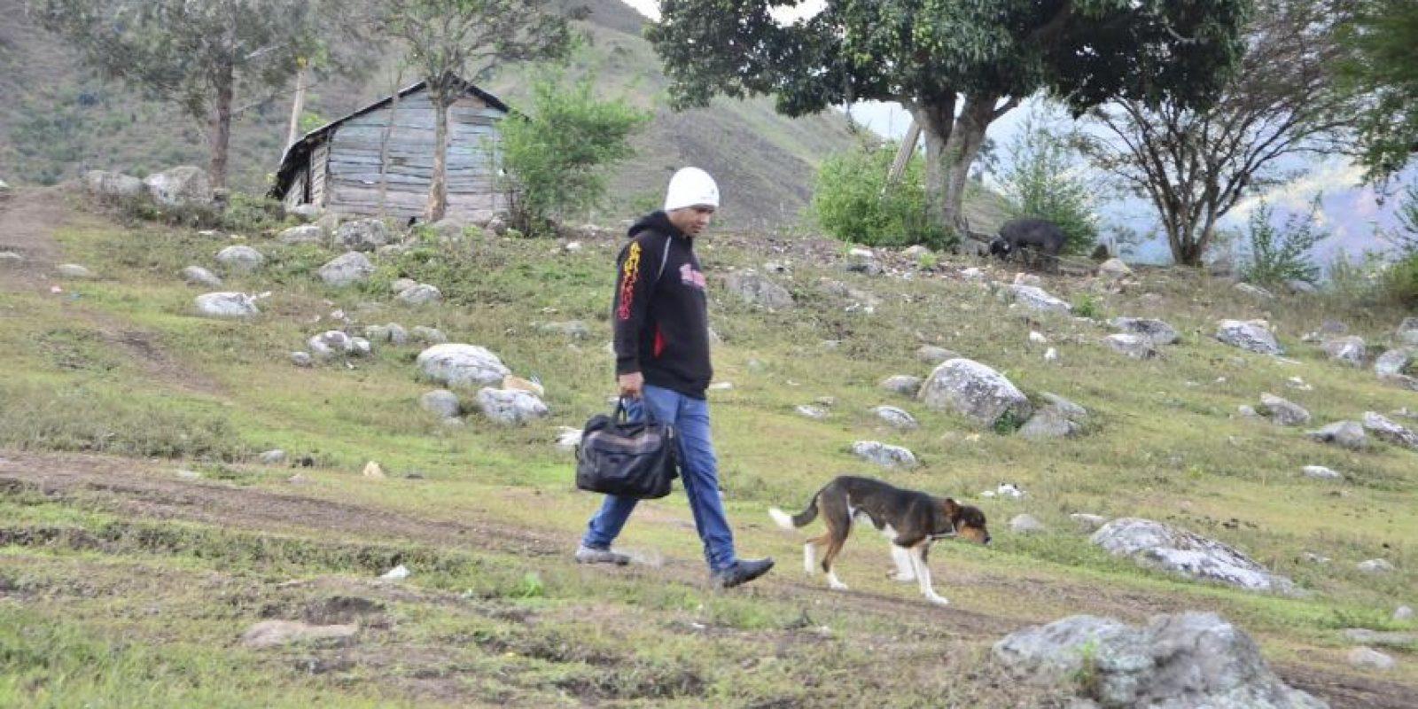 Los profesores recorren camino casi intransitables para impartir docencia Foto:Vianco Martínez