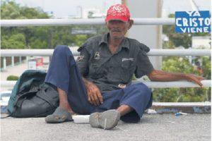 Los indigentes deambulan por las calles sin que las autoridades tomen cartas en el asunto. Foto:Roberto Guzmán
