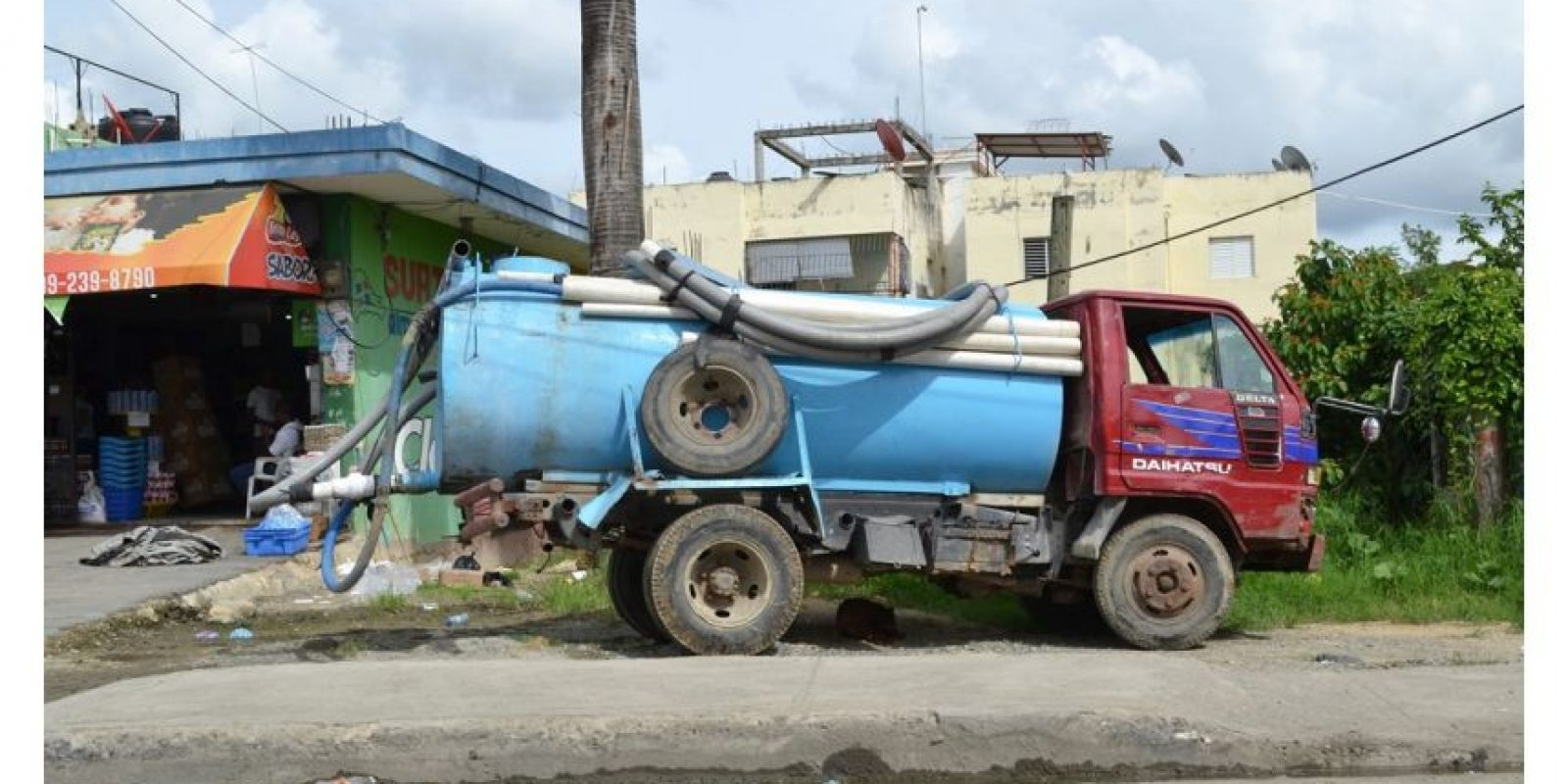 Descuido, basura, falta de agua y calles dañadas configuran el caótico panorama urbano de SDN/ Fotos: Mario de Peña