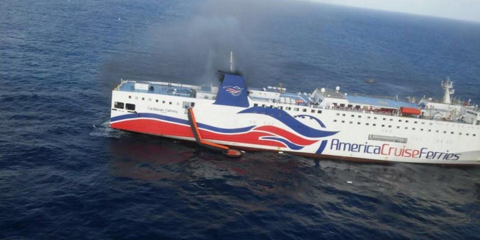 El ferry Caribbean Fantasy sufrió un fuego que se desató en la sala de máquinas y obligó al desalojó de 387 pasajeros y tripulantes, en total 512 personas Foto:Fuente Externa