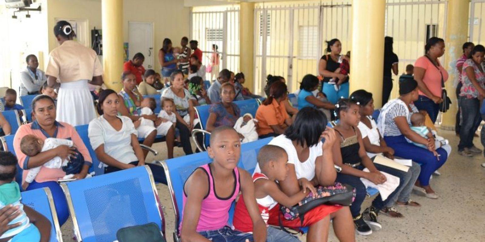 La madres acuden con sus niños en estado febril al hospital Robert Reid Cabral. Foto:Mario de Peña