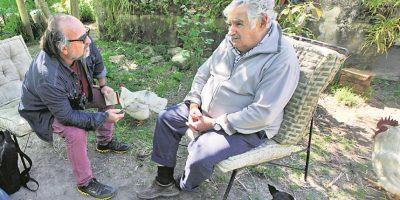 Mujica atendió a Metro entre gallinas y Manuela, su perrita de tres patas. Foto:Ariel Chabalgoity