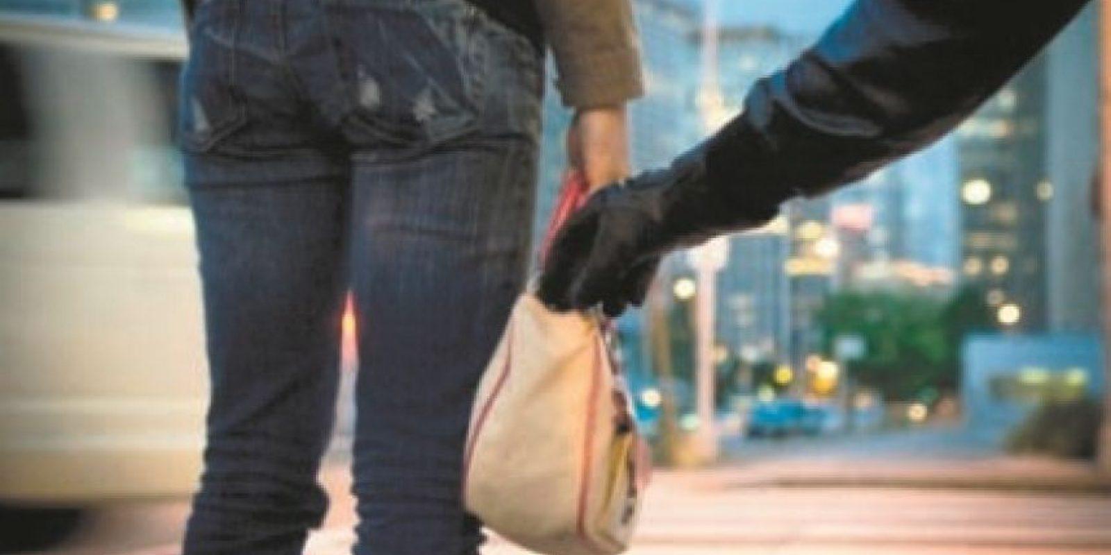 Alteraciones de los patrones sociales • El 20.0 de la población de 12 años o más evita salir de noche para no ser víctima de la delincuencia.• El 15.2% de los ciudadanos trata de no visitar lugares peligrosos• El 35.1% evita llevar prendas u objetos valiosos visibles• Hay un 3.8% que trata de andar siempre acompañado, aunque eso no evita ser víctima.• El 58.7% de los hombres anda vigilante ante la delincuencia, frente al 51.3% de las féminas.• El 44.1% de la población confiesa haber dejado de realizar alguna actividad social por miedo a la delincuencia• El 14.4% de los encuestados ha dejado e vestirse con piezas caras para evitar los asaltos y el 22.2% prefiere no salir de sus casas por la misma razón. Foto:Fuente externa