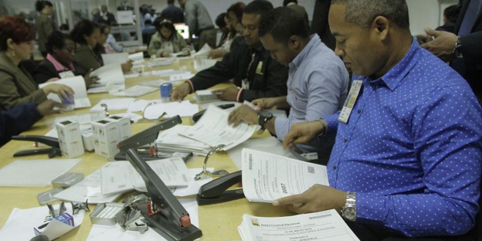 Personal de la Junta Central Electoral verificando el padrón electoral Foto:Roberto guzmán