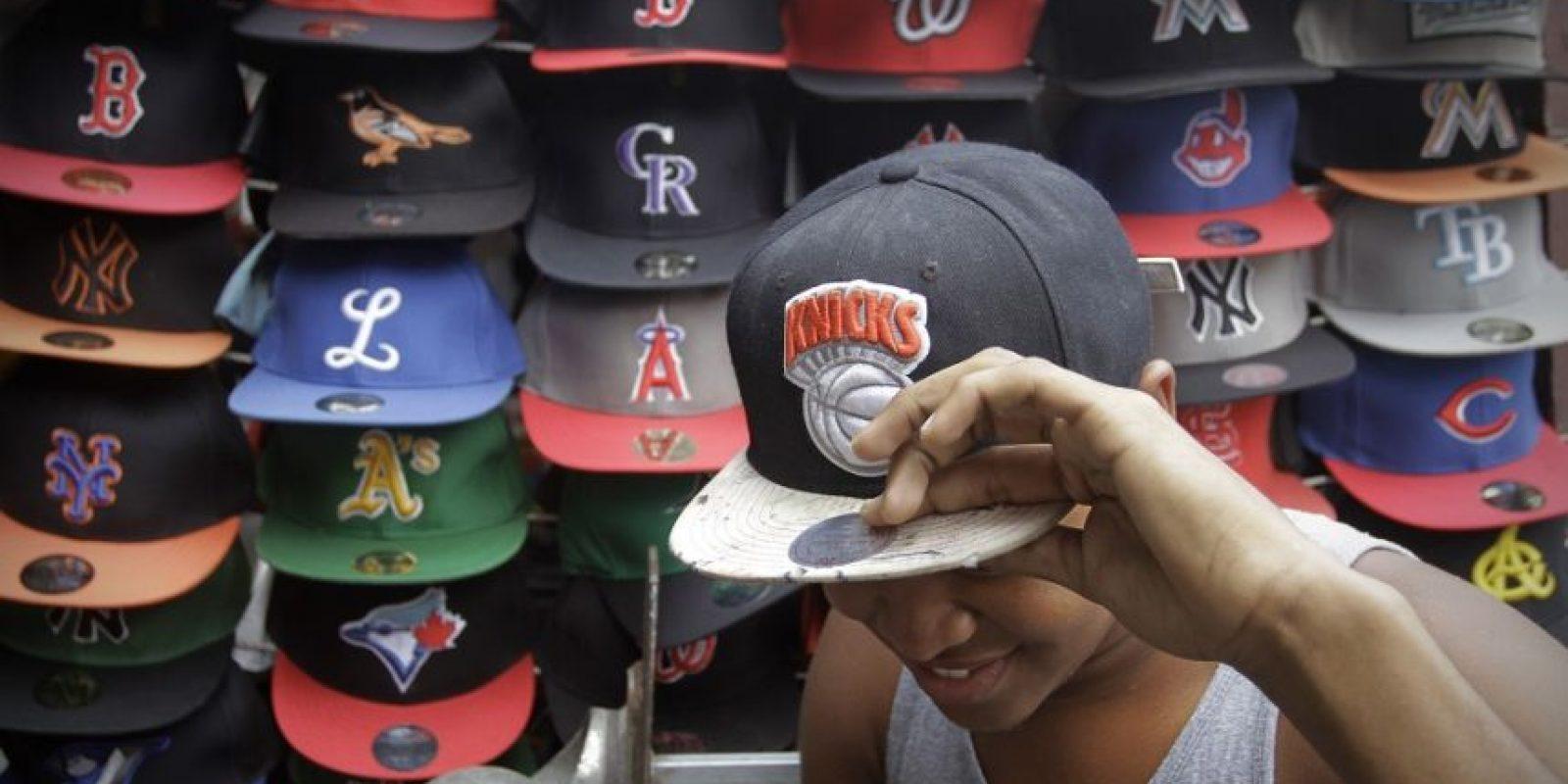 """Quienes disponen de menos recursos prefieren comprar las """"gorras de mallitas"""". Foto:Roberto Guzmán"""