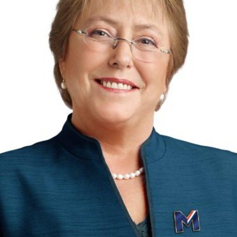 2- Michele Bachelet. Fue presidenta de Chile en el período 2006-2010. Actualmente ocupa el mismo cargo, desde 2014.Bachelet fue la primera presidenta pro tempore de UNASUR y la primera encargada de ONU Mujeres, agencia de las Naciones Unidas para la igualdad de género.Fue ministra de Salud durante el gobierno de Ricardo Lagos Escobar en 2000. En 2002, asumió como ministra de Defensa, siendo la primera mujer del país y de Iberoamérica en ocupar dicho puesto. Foto:Fuente externa
