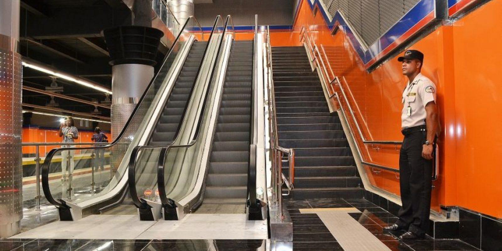 Escaleras de la estación Juan de los Santos Foto:Mario de peña