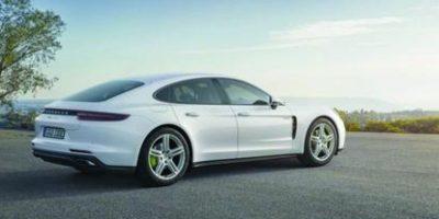 """Porsche Panamera 4 E-Hybrid. Esta es la versión híbrida enchufable del Porsche Panamera, lo que quiere decir que tiene un sistema con motor de gasolina y otro eléctrico que, cuando funcionan al mismo tiempo, pueden llegar a dar 460 hp de potencia y 700 Nm de torque. La autonomía en modo completamente eléctrico es 50 kilómetros y puede llegar con suma facilidad de 0-100 km/h en tan solo 4.6 segundos a sus ocupantes con todo el sabor y compromiso de un auto """"limpio"""" Foto:Metro"""