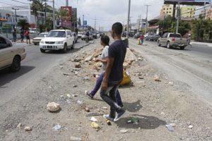 Los peatones cruzan como pueden la autopista San Isidro en proceso de amplicación. Foto:Roberto Guzmán
