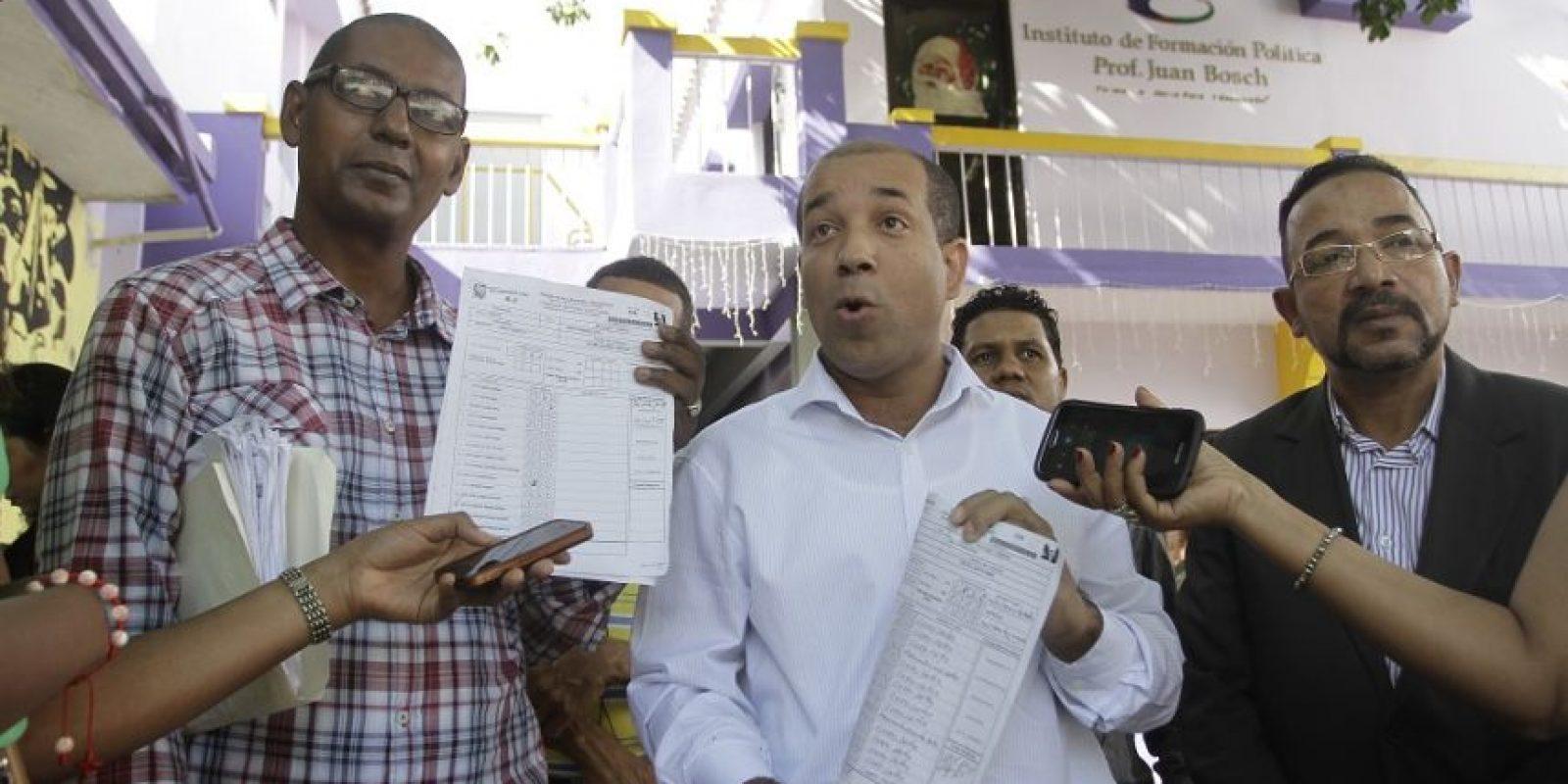 Precandidatos a regidores muestran supuestas pruebas de irregularidades en la pasada convención del PLD. Foto:Roberto Guzmán