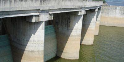 """La sequía que doblegó al país en 2015. Un país rodeado de agua y con tendencia climática a las lluvias frecuentes sufrió en el año que concluye la sequía más grande de los últimos 20 años, que causó estragos en toda la población, sobre todo, en en suministro de agua para consumo humano y para la agropecuaria. Debido a la falta de lluvia que se venía viendo desde 2014, ninguna provincia escapó a esta crisis. Para el mes de mayo las presas de Valdesia y de Jigüey tenían almacenados 70 millones de metros cúbicos de agua, una cantidad menor a lo acostumbrado. En el caso de Jigüey, era de 505.03 metros sobre el nivel del mar, unos 36 metros menos. Las autoridades calificaron la situación de """"emergencia"""". Foto:Fuente Externa"""