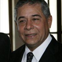 """Roberto Salcedo. Luego de triunfar como humorista, productor y conductor de televisión, Esmérito Antonio Salcedo Gavilán decidió incursionar en la política en 1998, pero sus aspiraciones se vieron frustradas y no fue hasta el 2002 cuando hizo realidad su deseo de ser alcalde en el Distrito Nacional, por el Partido de la Liberación Dominicana (PLD). En 2006, Salcedo resultó reelegido para el mismo puesto, con sus consignas """"Santo Domingo avanza"""" y """"Por una ciudad posible"""". En el período 2010-2016 volvió a ganar.El expresentador de programas de variedades ahora es un alcalde que lleva tres gestiones consecutivas en el Distrito Nacional y con aspiraciones de seguir en el poder para el lapso 2016-2020. Foto:Fuente Externa"""