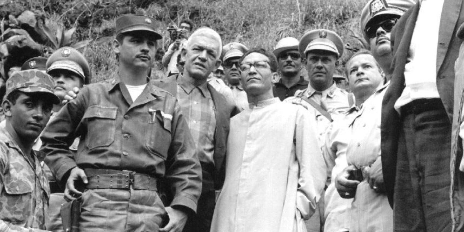 El teniente Rafael Tomás Fernández Domínguez, quien aparece en esta foto junto a Juan Bosch, se puso al frente de la conspiración que buscaba restituir al derrocado mandatario. Foto:Fuente Externa