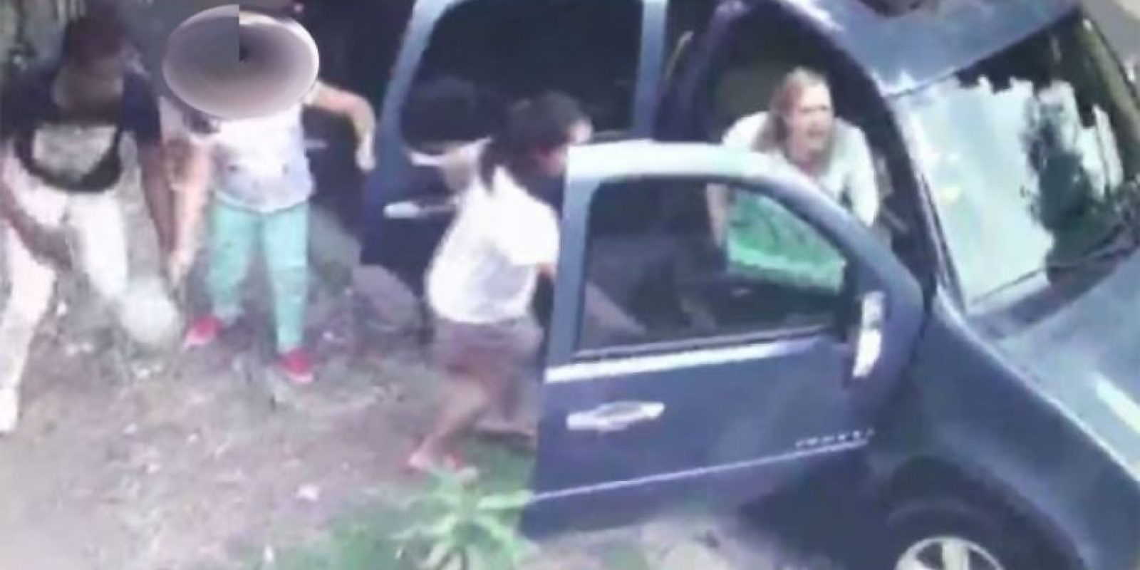 En moto cuatro atracan a dos mujeres con niñas. El sábado 4 comenzó a circular en las redes un video que muestra a cuatro hombres que asaltaron a dos mujeres y dos niñas cuando se desmontaban del vehículo en que se trasladaban, en el Ensanche Piantini de esta Capital.La Policía detuvo a Carlos Manuel Berrroa, de 25 años, quien permanece recluido en el Hospital Salvador B. Gautier, tras supuestamente enfrentar a tiros a una patrulla, e informó que se apresó al segundo de los cuatro, identificado como Johansel Reyes. Están prófugos Alexander Martínez y un tal Jimmy. Foto:Feunte externa