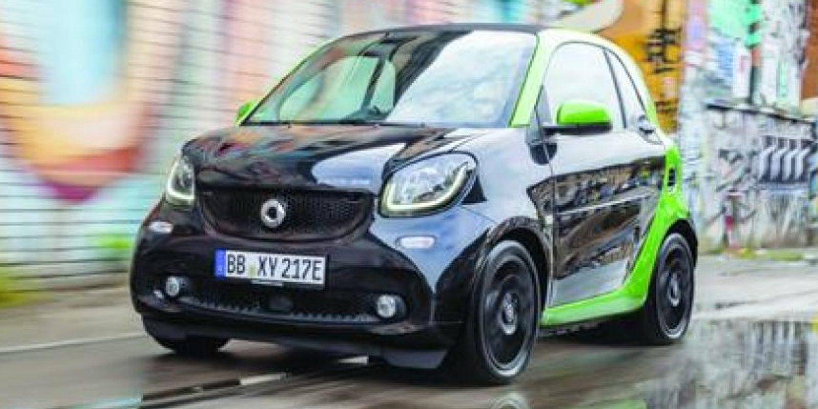 Smart ForTwo Eléctrico. El nuevo Smart ForTwo eléctrico será coupé y convertible, además de que vendrá un ForFour EV por primera ocasión en la historia. La mejora sustancial reside en el tiempo de carga de la batería, con una corriente de 240 voltios la pila completará su ciclo en dos horas y media, liberando todo el poder: 80 hp y 118 libras pie de torque, para firmar un 0-60 millas en 11.4 segundos para la versión coupé, la autonomía llega a 159.29. Hay fuentes que aseguran un precio de 26 mil dólares en Estados Unidos. Foto:Metro