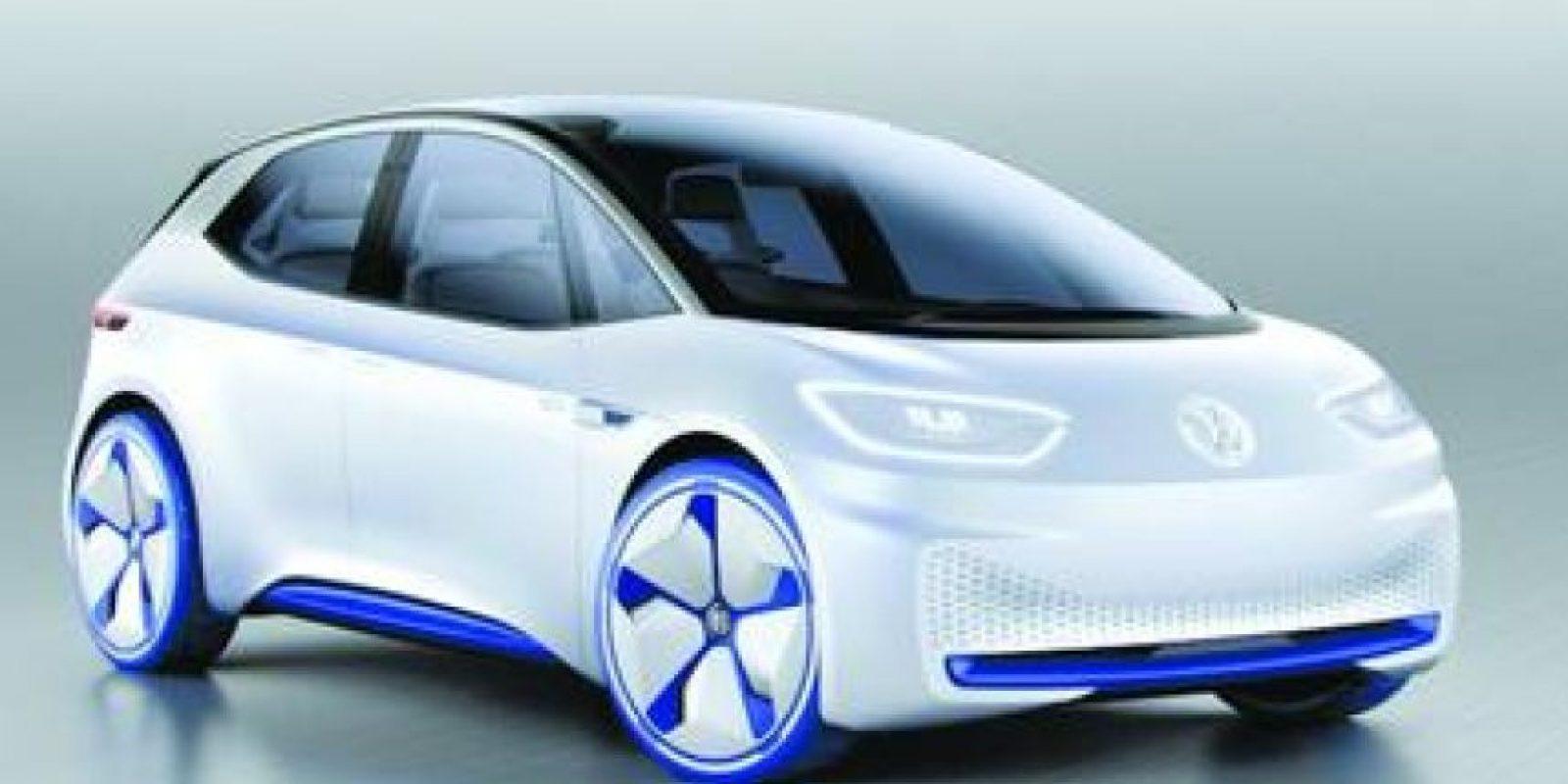 Volkswagen I.D. Prototipo. Un prototipo de cinco puertas que adelanta el aspecto y soluciones tecnológicas que tendrá un modelo de producción que lanzará al mercado en 2020. Está fabricado sobre una nueva plataforma modular, denominada MEB, que será utilizada en una futura gama de vehículos eléctricos.Se mueve gracias a un motor eléctrico de 170 caballos de potencia y puede recorrer entre 400 y 600 kilómetros con una sola carga. También puede circular de forma autónoma, así como recibir mensajería (programa Delivery Service) cuando el destinatario no se encuentra en su domicilio. Foto:Metro