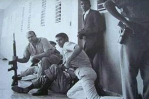 """Comando de la Cucaracha. El historiador Cruz Sánchez también menciona como un lugar emblemático el """"Comando de la Cucaracha"""" ubicado en la avenida México, en el que los dominicanos lucharon para que las tropas norteamericanas salieran del país.""""Este comando lo integraron Diógenes Mercedes y un poeta haitiano llamado Jacques Viau Renaud – los haitianos que vivían aquí nos ayudaron bastante – que era combatiente del comando B3 que operaba en ese edificio que también es un ícono de la revolución"""", explica."""