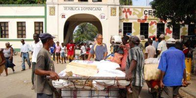 3- Veda de Haití a 23 productos dominicanos. En octubre de 2015 el gobierno haitiano prohibió la entrada vía terrestre de 23 productos procedentes de República Dominicana, con el objetivo de regular mejor y controlar las importaciones en ese país.De acuerdo con el presidente de la Asociación Dominicana de Exportadores (Adoexpo), Sadala Khoury, las exportaciones cayeron un 4 % en ese año, básicamente debido a la veda de Haití.Los presidentes dominicano y haitiano, Danilo Medina y Michel Martelly se reunieron en Barahona, el martes 13 de octubre, donde acordaron entre otros temas, que ambos ministros de Industria y Comercio volvieran a reunirse al cabo de 15 días para tratar el tema de la veda. Sin embargo, este encuentro no fue posible debido a la crisis política que vivió Haití con sus comicios del 25 de ese mismo mes.En lo que va de este año, el comercio formal entre RD y Haití se redujo en 400 millones de dólares, de acuerdo con el ministro de Industria y Comercio dominicano, José del Castillo. Pero este tema no se ha vuelto a tocar. Foto:Fuente externa