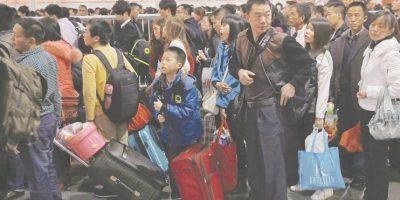 """China. Los chinos no son conocidos por su buen comportamiento durante la espera. Muchos de ellos aplican el enfoque denominado """"saltarse la fila"""" o empujan en una fila para ser atendidos antes de quien está esperando delante de ellos."""