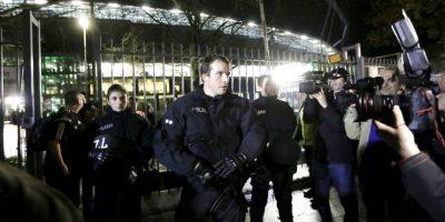 Decenas de oficiales se encontraban en las calles. Foto:AP