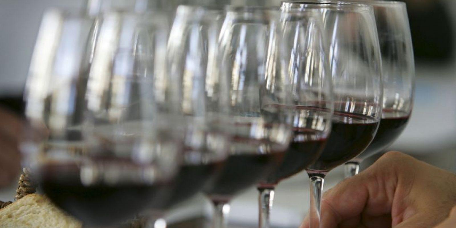 También es limpiador de paladar: Tomado durante la comida, el vino ayuda a percibir mejor los sabores que cuando esta se acompaña con agua. Foto:Getty Images