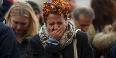 Los franceses y visitantes se protegieron como y donde pudieron. Foto:Getty Images
