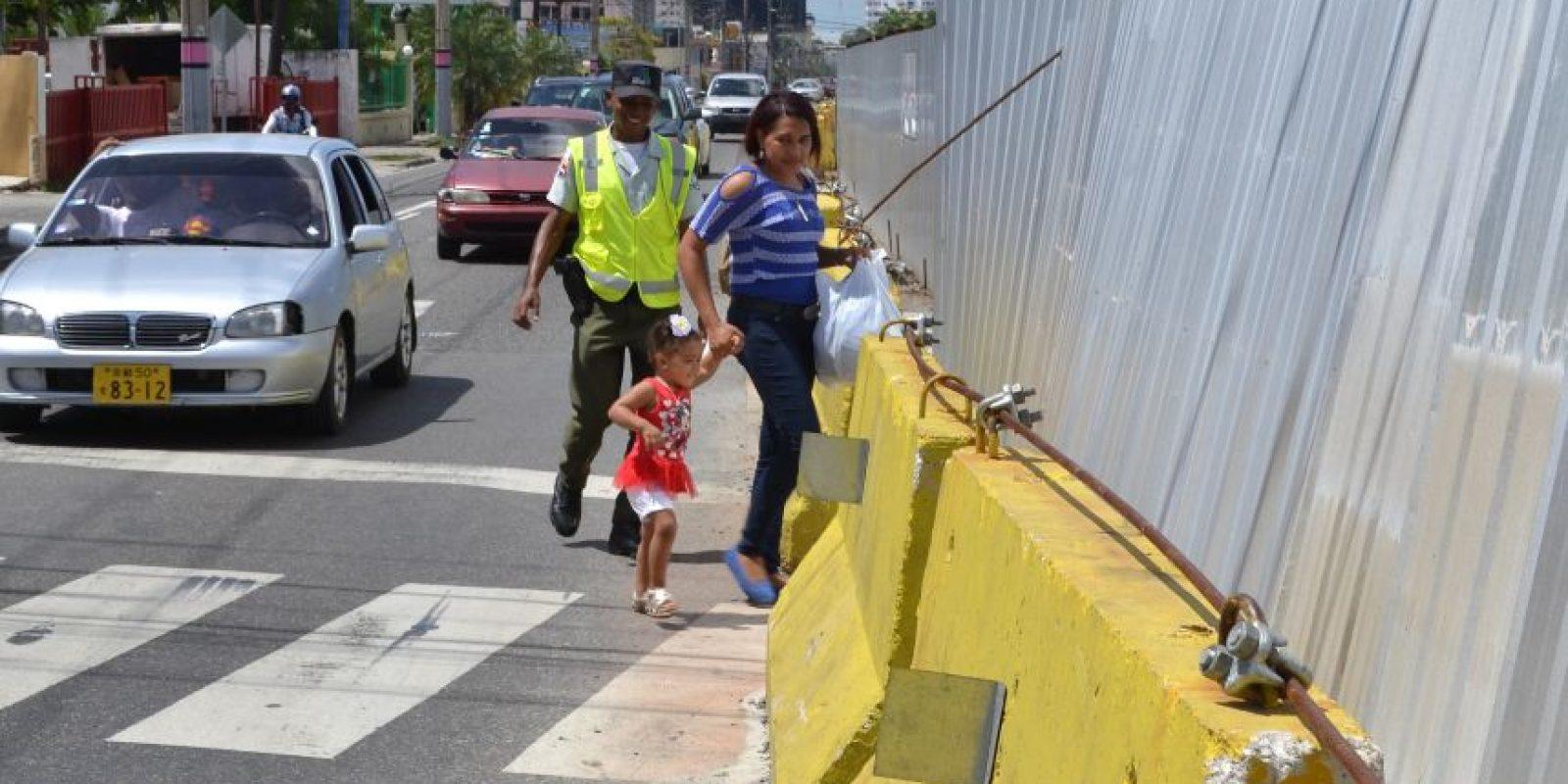 La única forma de cruzar la 27 de febrero a la altura de la Privada es por un angosto paso peatonal Foto: Mario de Peña