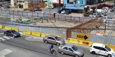 La única forma de cruzar la 27 de febrero a la altura de la Privada es por un angosto paso peatonal