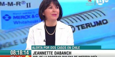 """Chile, país inmune, confirmó ayer su primer caso. La directora de la Sociedad Chilena de Infectología, Jeannette Dabanch, confirmó ayer el primer caso de virus zika en Chile, además de la existencia de otro caso sospechoso. Esto, un día después que la Organización Mundial de la Salud (OMS) declarara el brote como emergencia de salud pública internacional.""""Hay un caso que consultó en una clínica privada de Santiago, hay otro caso que consultó en otra clínica. Uno quedó como sospechoso, el otro sí se confirmó; son casos de turistas que viajaron a la zona afectada"""", señaló Dabanch.Se trataría de un hombre que estuvo en Colombia, una de las zonas en que está presente el mosquito que contagia la enfermedad, y que ahora está en Chile, país que junto a Canadá, no tendrá contagios internos. Foto:Fuente Externa"""