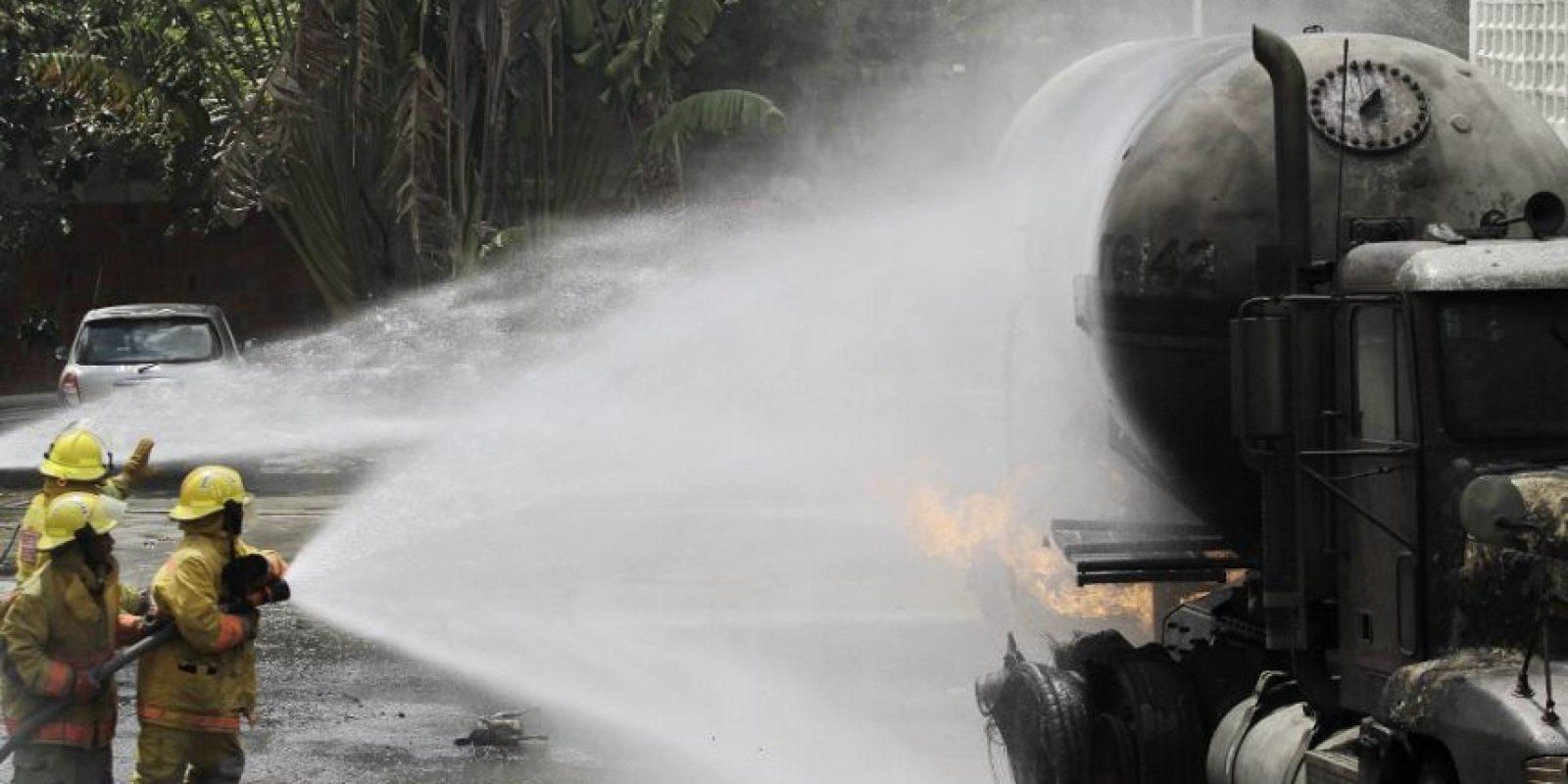 Ocho camiones y bomberos acudieron al lugar del hecho para combatir las llamas. Foto:Roberto Guzmán