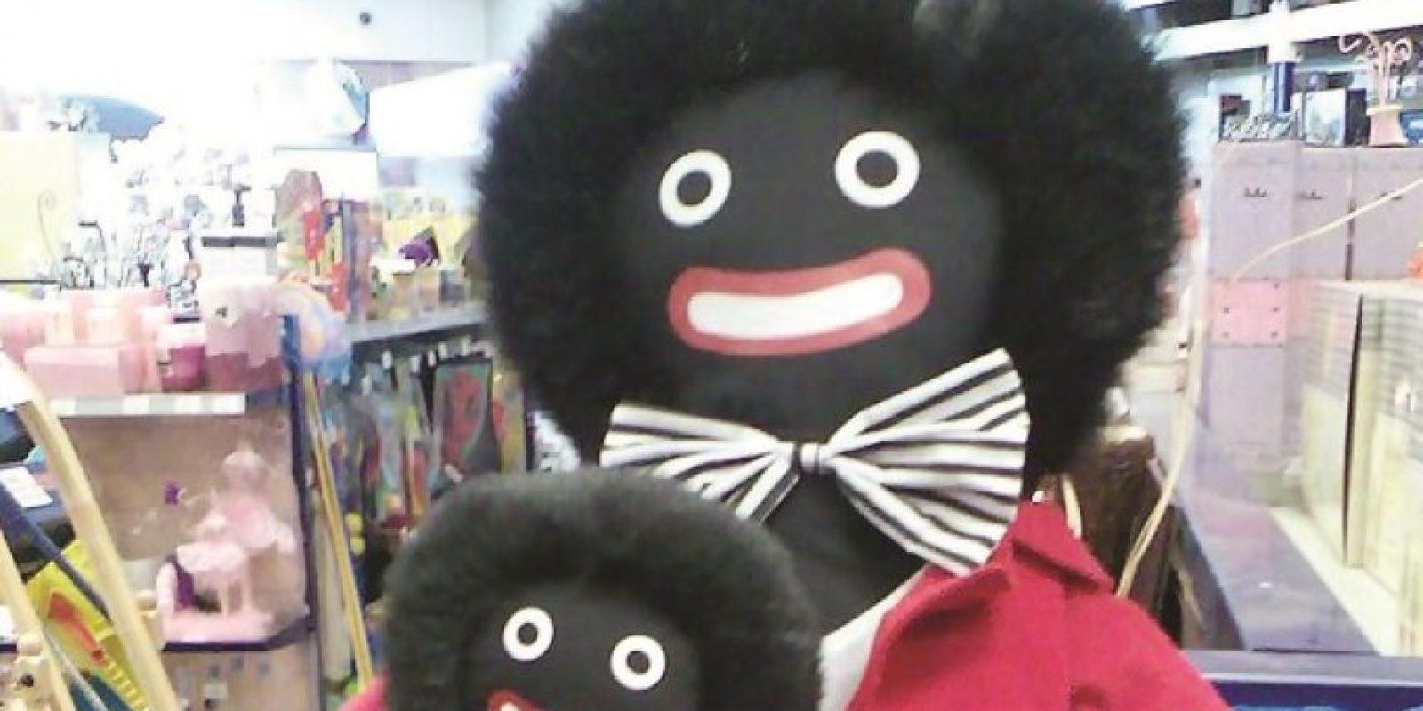 Muñecos Golliwog racistas.l Golliwog era un personaje negro en el libro para niños llamado Las aventuras de dos muñecos holandeses y un Golliwogg. Los juguetes de trapo tuvieron gran popularidad en Europa y Australia en la primera mitad del siglo XX, pero disminuyó la moda a partir de la era de los derechos civiles de la década de 1960. Recientemente, estos juguetes racistas estuvieron una vez más en el ojo público cuando una tienda en Queen's Sandringham Estate en Norfolk, Inglaterra, volvió a venderlos.
