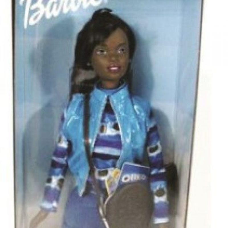 """Barbie Oreo. En 1997 Mattel unió fuerzas con Nabisco para lanzar una promoción cruzada de Barbie con galletas Oreo. Mattel fabricó una versión blanca y otra afroamericana. Los críticos argumentaron que en la comunidad afroamericana Oreo es un término despectivo que significa que la persona es """"negro por fuera y blanco por dentro"""". La muñeca no tuvo éxito y Mattel la retiró, por lo que es buscada por los coleccionistas"""