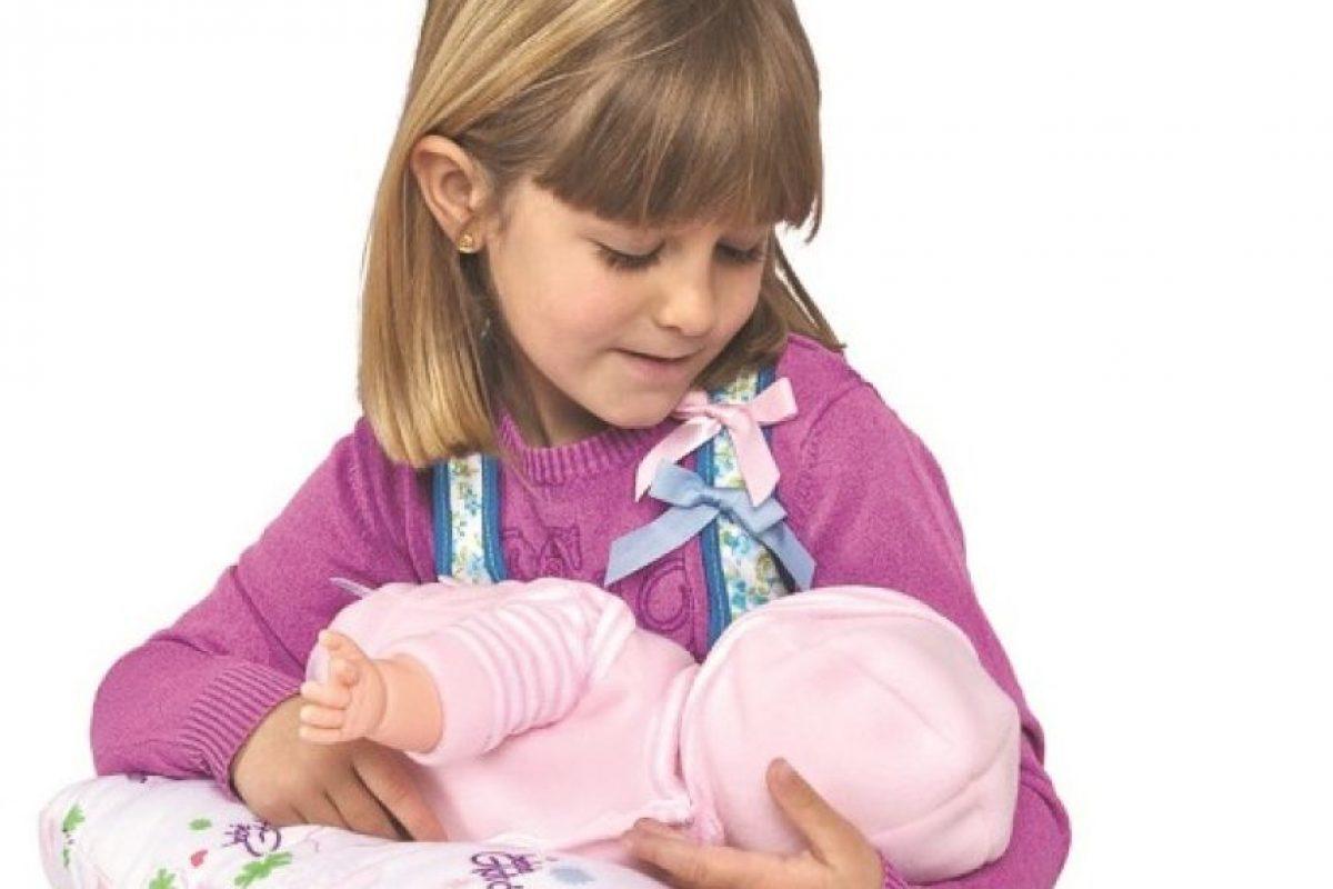 Bebé Glotón. En 2009 el fabricante de juguetes español Berjuan dio a conocer un extraño cinturón-pezón, creado para que las niñas puedan pretender alimentar a su bebé muñeca y aprender acerca de la lactancia materna. Este polémico juguete viene con pezones que hacen un sonido de succión fuerte. Los opositores dicen que el juguete podría incluso aumentar el riesgo de embarazo juvenil.
