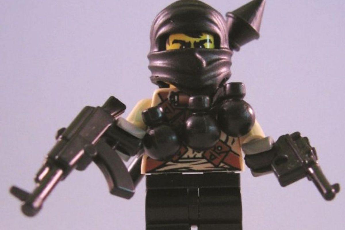 """Figura de acción terrorista. La mini figura personalizada Lego """"Sr. Negro"""" es el nombre de uno de los juguetes más polémicos creados por la firma BrickArms. Este juguete es la representación de un terrorista que, según la compañía, esconde su rostro para evitar ser reconocido por las autoridades y está siempre listo """"para perturbar el orden social para su propio beneficio""""."""