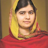 """Malala Yousafzai. Es una estudiante y activista paquistaní ganadora del Premio Nobel de la Paz en 2014. La joven de 18 años encabeza su fundación Malala Fund que lucha por el acceso a la educación de miles de mujeres en Pakistán. En una entrevista que le realizó la actriz y activista inglesa Emma Watson, le confesó: """"Dudé si definirme o no como una feminista. Pero luego escuché tu discurso y me di cuenta que no hay nada de malo en definirme como feminista. Así que sí, soy feminista y todas deberíamos de serlo porque la palabra feminismo no es otra cosa que igualdad"""". Foto:Fuente Externa"""