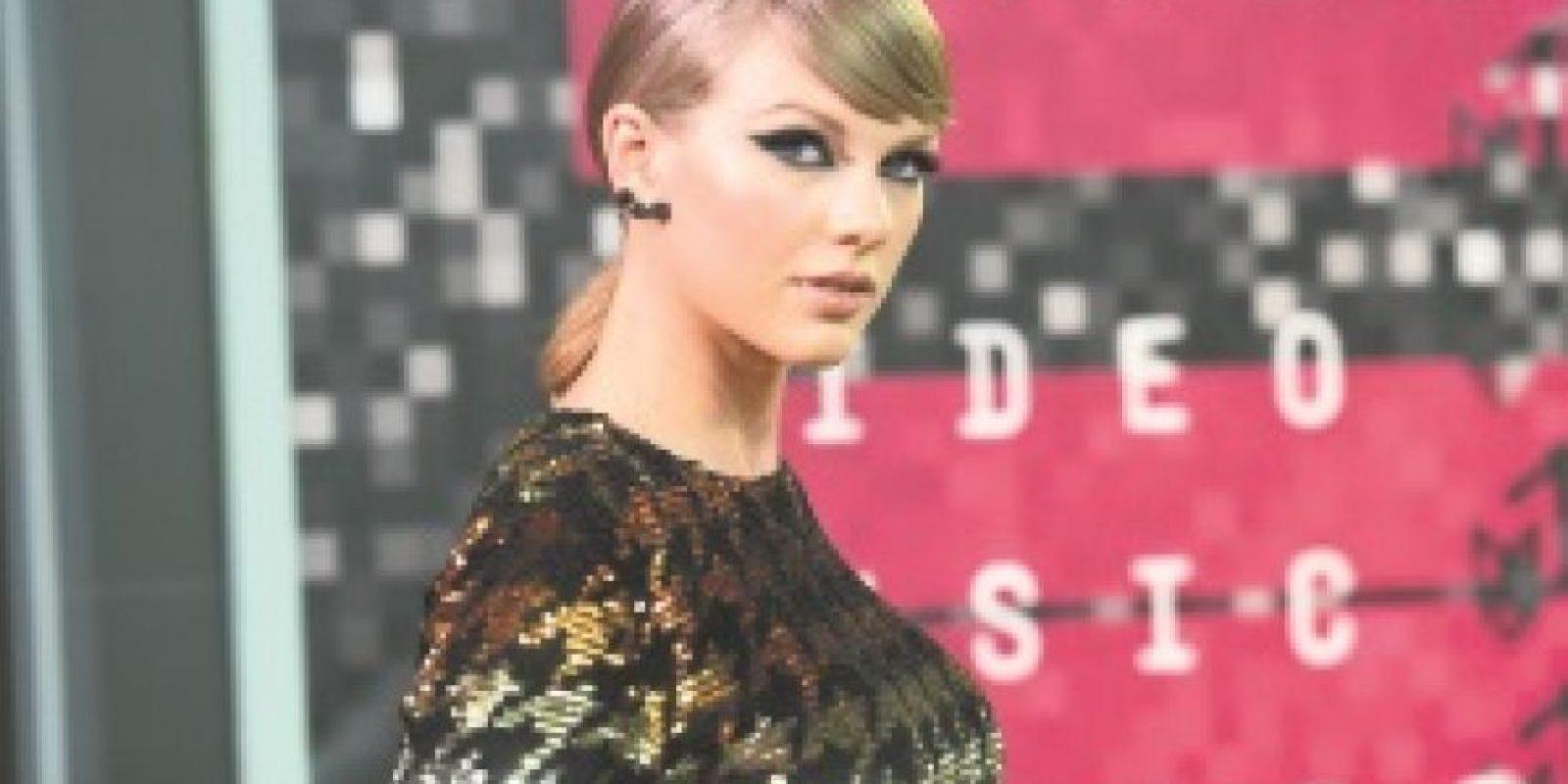 """Taylor Swift. La cantante pop estadounidense es una de las figuras del entretenimiento con más influencia al nivel mundial, sólo en Instagram tiene más de 58 millones de seguidores. La música y la moda son sólo una de las facetas de la estrella, quien en 2014 abrazó el feminismo gracias a su amiga, la escritora y productora Lena Dunham. En una entrevista para la revista Maxim, Taylor dijo: """"La misoginia viene incrustada en la gente desde que nacieron. Así que para mí el feminismo es probablemente el movimiento más importante que podemos acoger porque básicamente es otra palabra para equidad"""". Foto:Fuente Externa"""