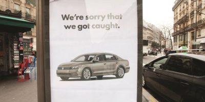 Barnbrook. VW se disculpa por tener tos. La acosada marca de automóviles Volkswagen, que este año admitió haber manipulado los controles de emisiones de carbono de sus autos, muestra no tener piedad, en este póster diseñado por el grupo británico Barnbrook.