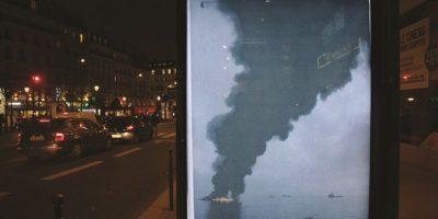 Bill Posters. Los combustibles fósiles son un tema caliente, señor Presidente. En este trabajo de Posters, el Presidente de Estados Unidos Barack Obama está nadando junto a su hija Sasha, con la refinería Deepwater Horizon quemándose en el fondo.