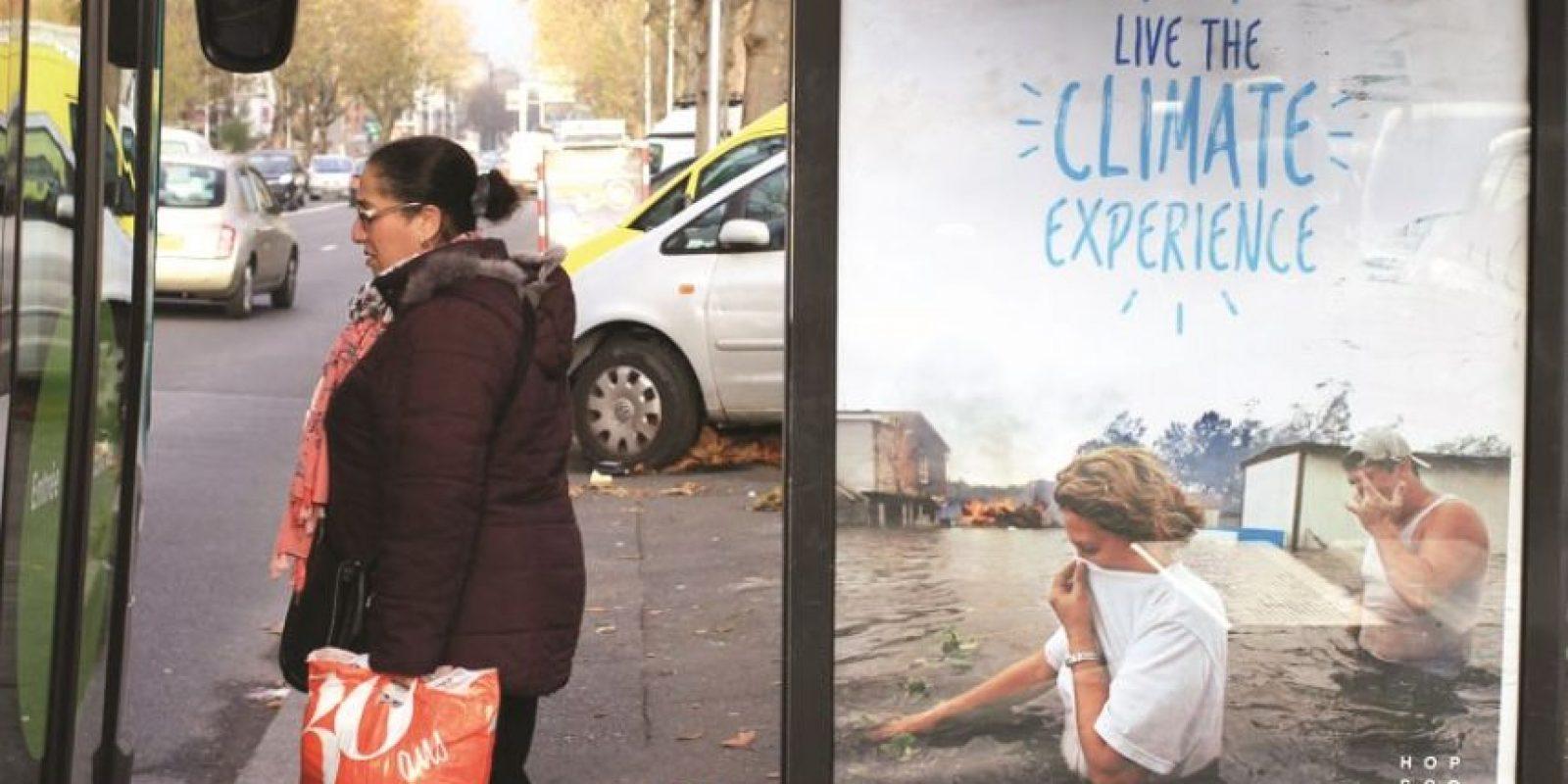 """Bill Posters. Disfruta todo lo que el calentamiento global puede ofrecerte(!)Bill Posters, artista callejero y fundador del movimiento """"brandalista"""", ha producido muchas piezas artísticas para la campaña de París, incluyendo este cartel que hace un llamado irónico a disfrutar de los frutos del calentamiento global, como si fuese una experiencia turística exótica."""